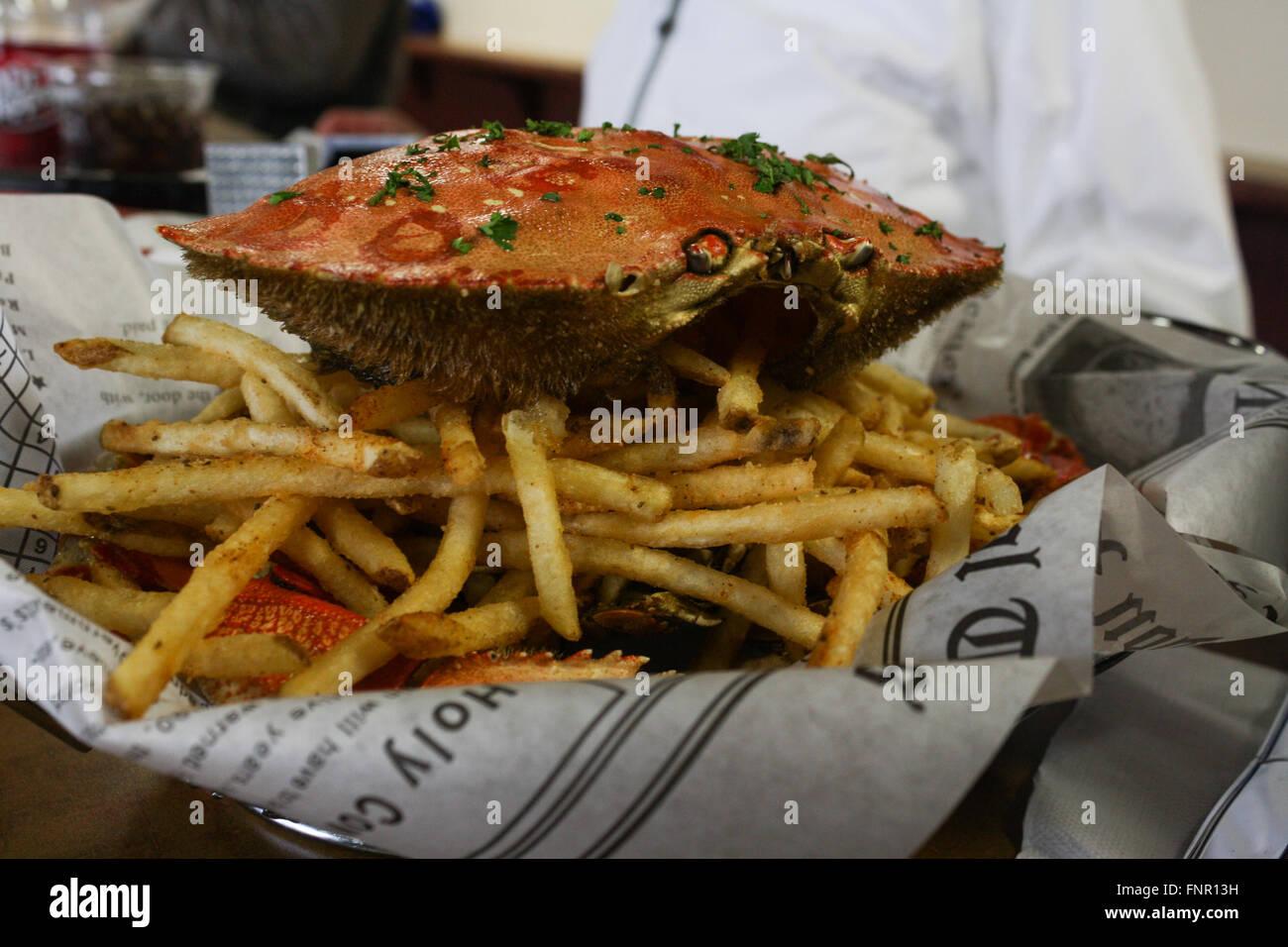 Chips und Dungeness Krabbe, Juneau, Alaska, USA Stockbild