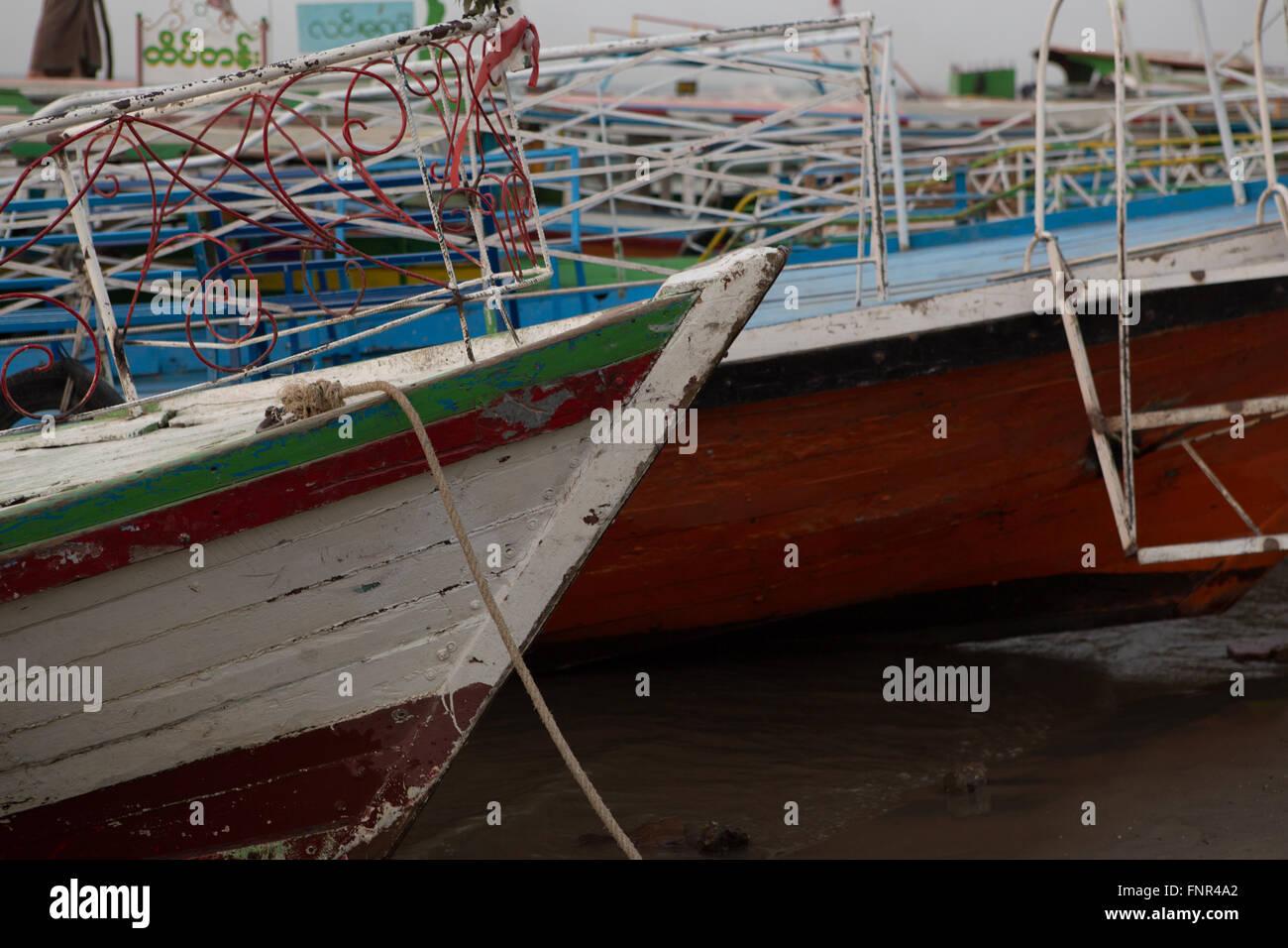 Detail-Aufnahme der alten Holzboot mit abgeplatzte Farbe am Irrawaddy-Fluss in Bagan, Myanmar verankert. Stockbild
