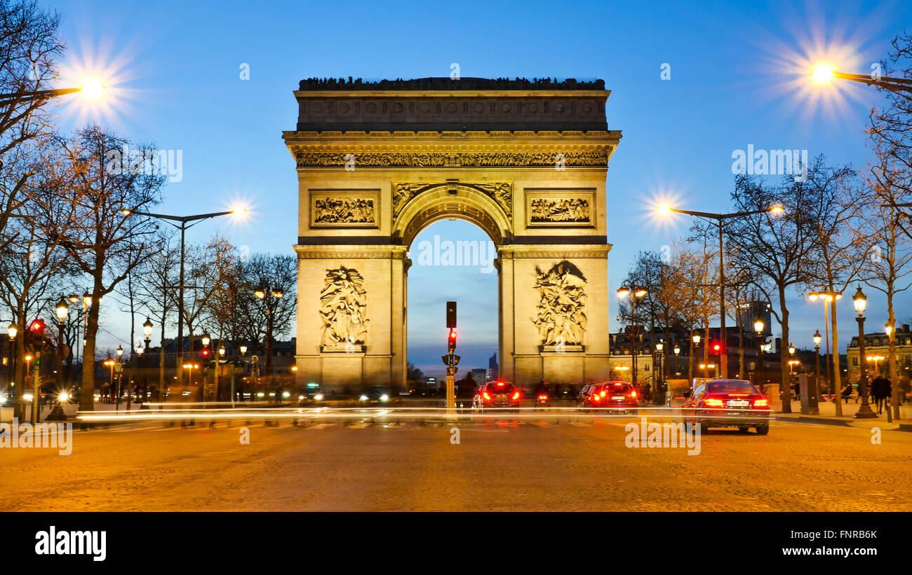Champs-Elysées Paris Stadt bei Sonnenuntergang - Arc de Triomphe und Champs Elysees Stockbild