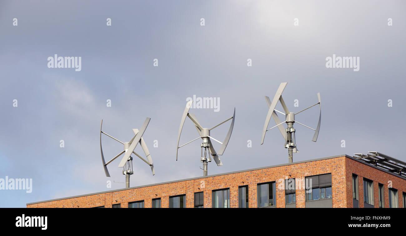 Windkraftanlagen auf dem Dach Stockbild