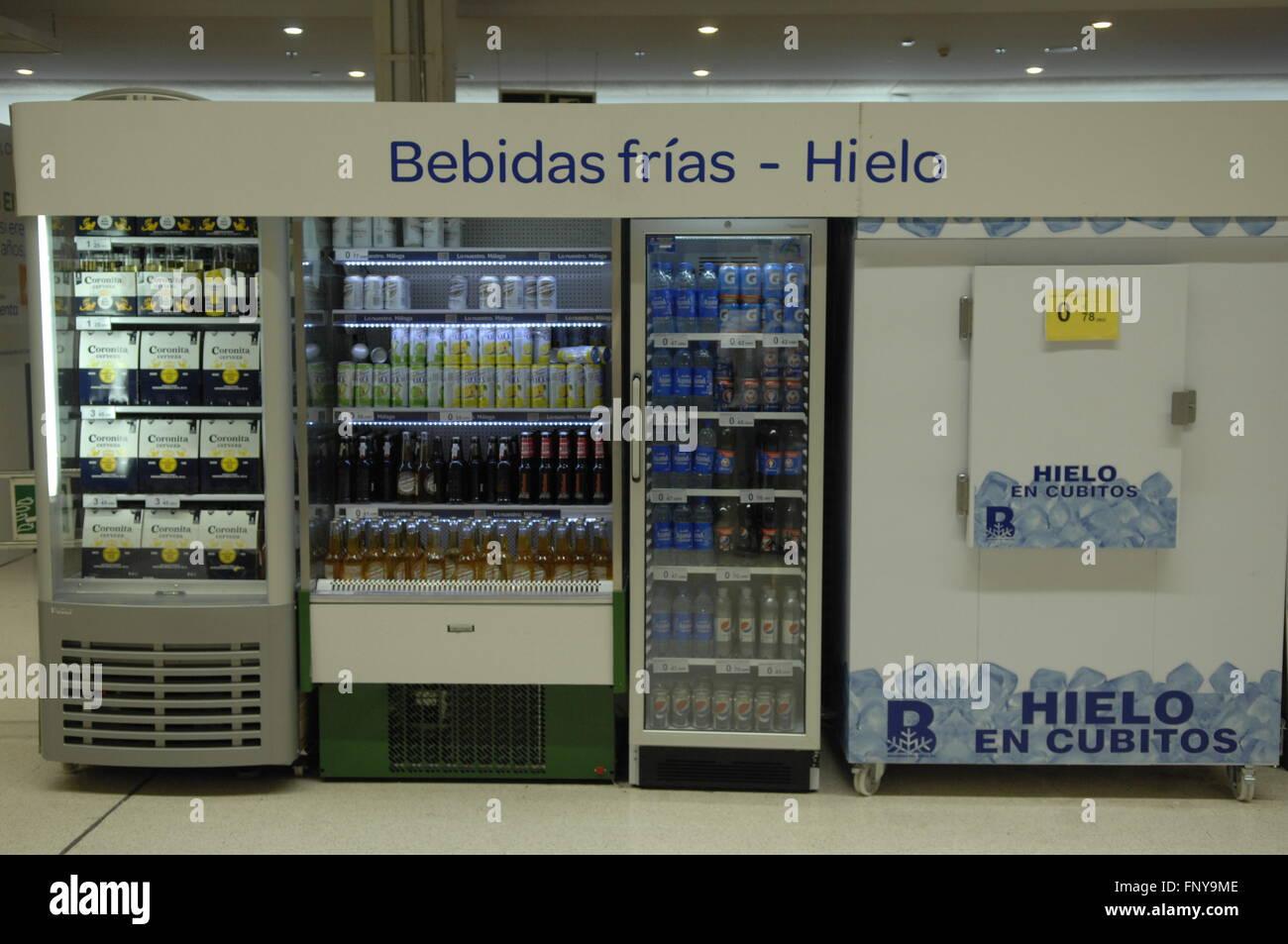 Kühlschrank im Carrefour-Supermarkt für Getränke und Eisspeicher ...
