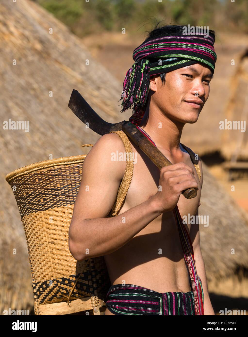 Mann in Tracht, ethnische Minderheit, Pnong, Bunong, Senmonorom, Sen Monorom, Provinz Mondulkiri, Kambodscha Stockbild