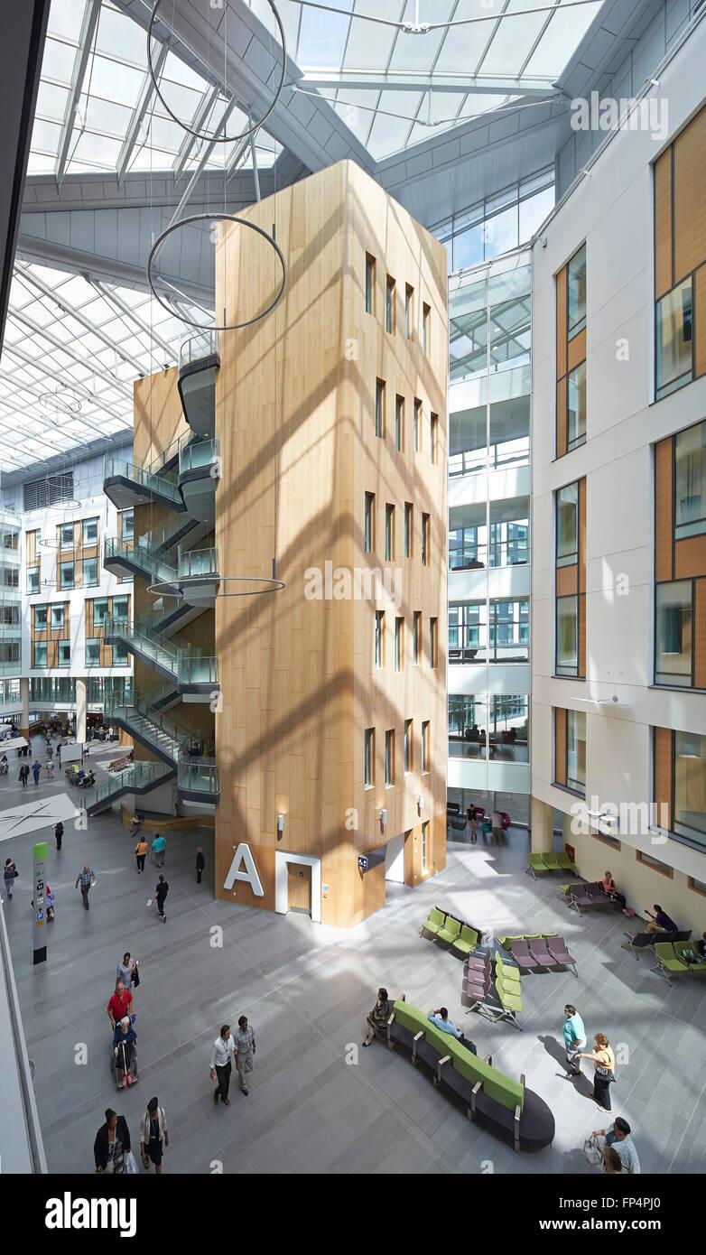 Erhöhten Blick in Richtung beleuchtet natürlich allgemeinen zusammentreffen, Treppen und Aufzug Kern. Stockbild