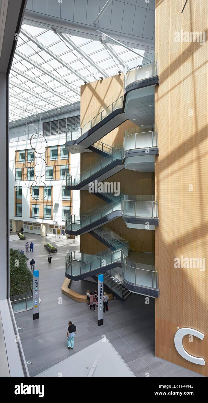 Erhöhten Blick in Richtung beleuchtet natürlich allgemeinen zusammentreffen. Southmead Hospital, Bristol, Stockbild