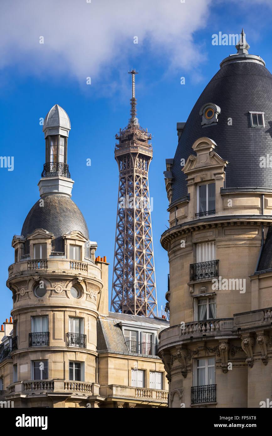 Oben auf dem Eiffelturm eingerahmt zwischen den Türmen der umliegenden Gebäude im 16. Arrondissement. Stockbild