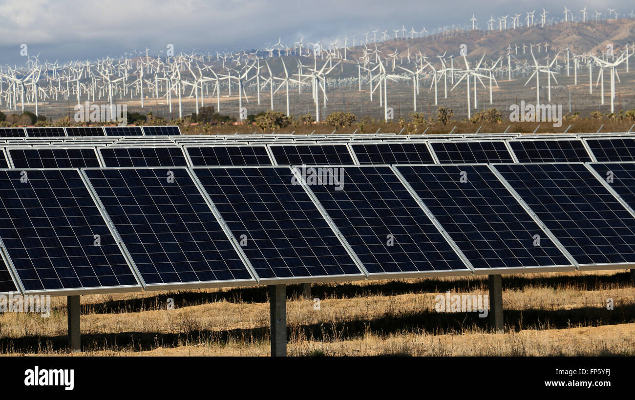 Sonnenkollektoren und Wind Mühle Stromerzeugung in der Nähe von Mojave, Kalifornien Stockbild