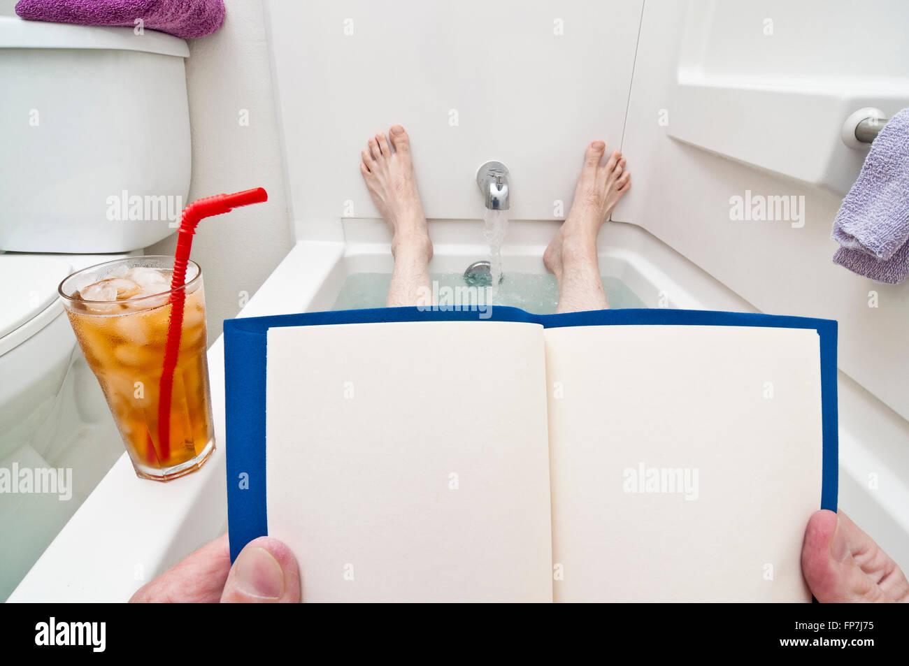 Leere Lesestoff für Badewanne Leser Stockbild