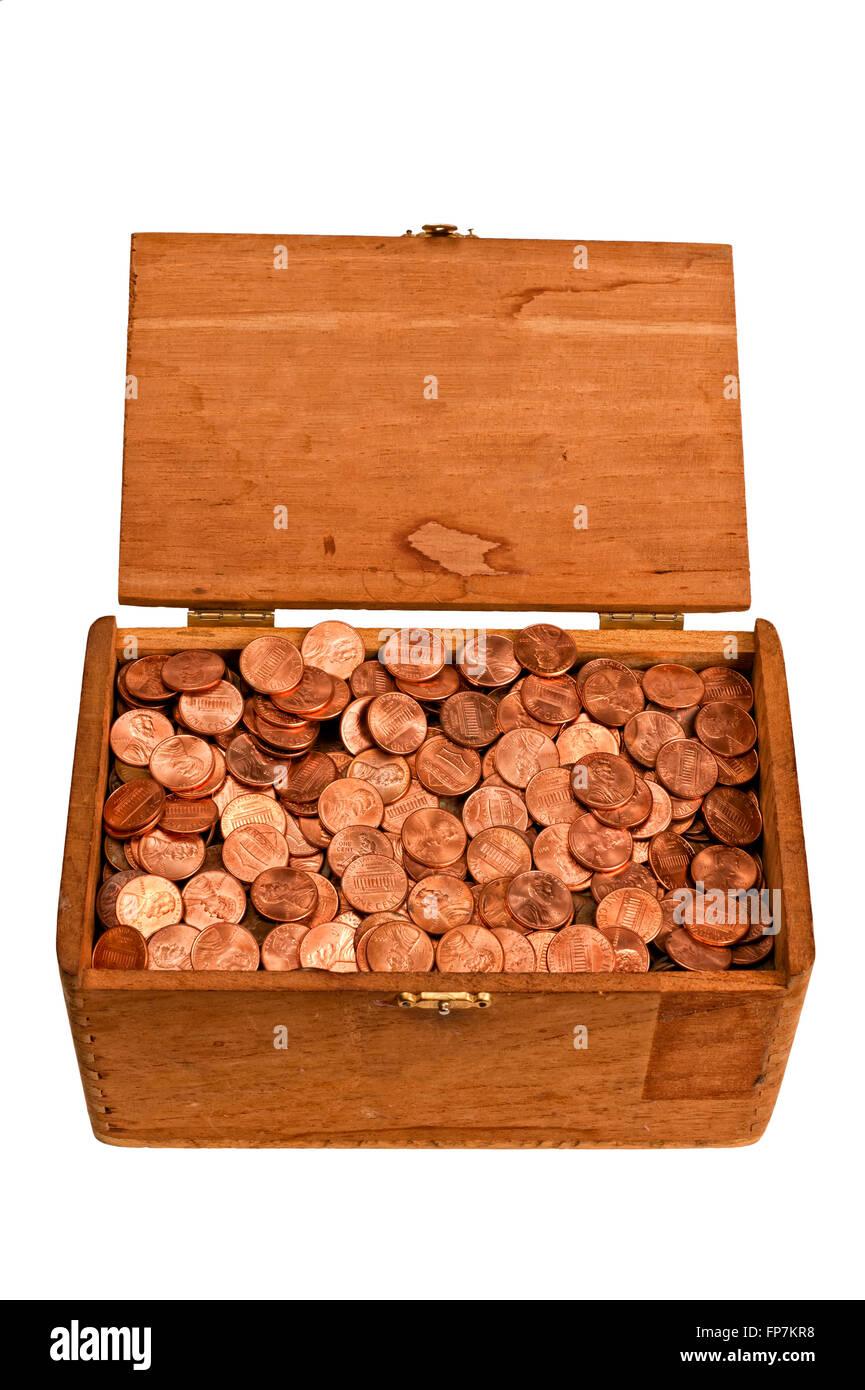 Alte hölzerne Kiste voller Pfennige Stockbild
