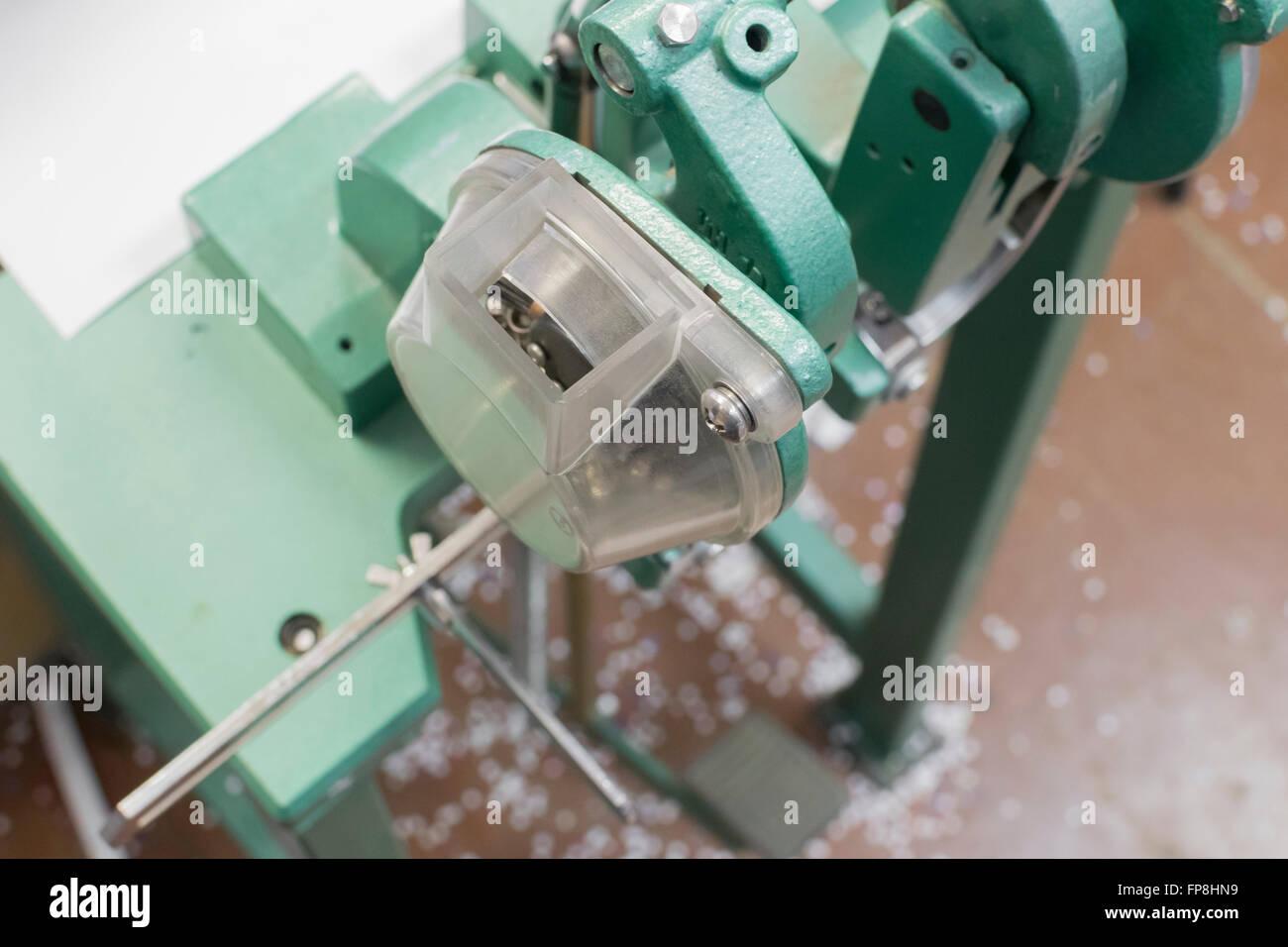 Nieten Sie oder Ballen Sie Mashine für postprinting Stockbild
