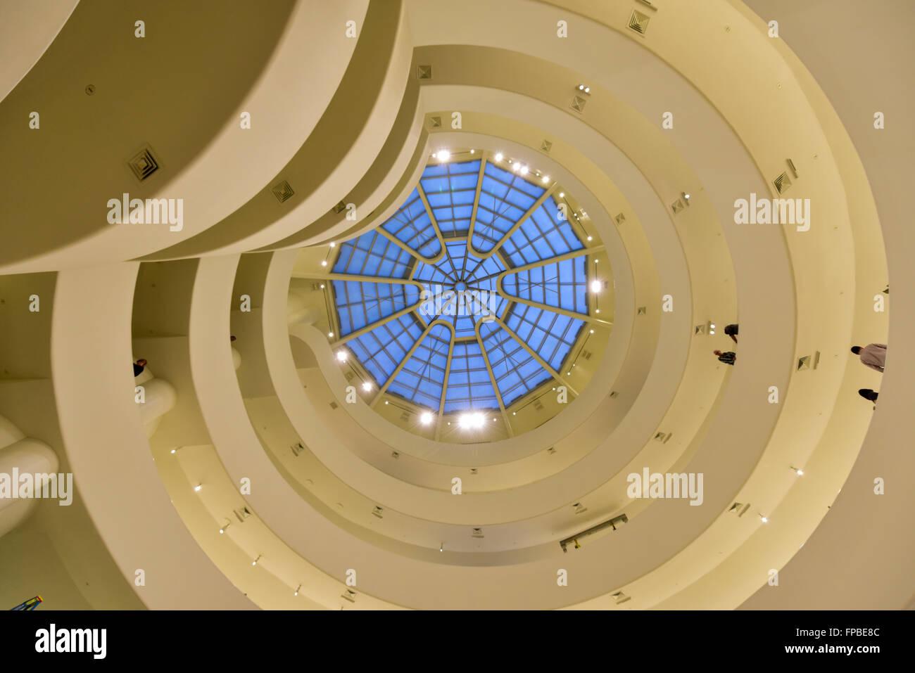 New York City - 31. Januar 2016: Innenministerium der berühmte Solomon R. Guggenheim Museum für moderne Stockbild