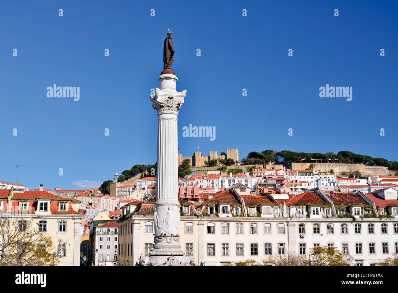 Portugal, Lissabon: Säule und Statue von Dom Pedro IV am Rossio-Platz mit Schloss im Hintergrund Stockbild