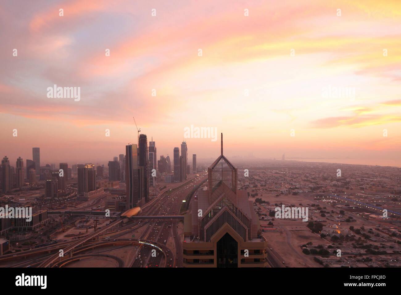 Ein Sonnenuntergang über Dubai. Zeigt die Stadt mit den Hochhäusern im Blick. Stockbild
