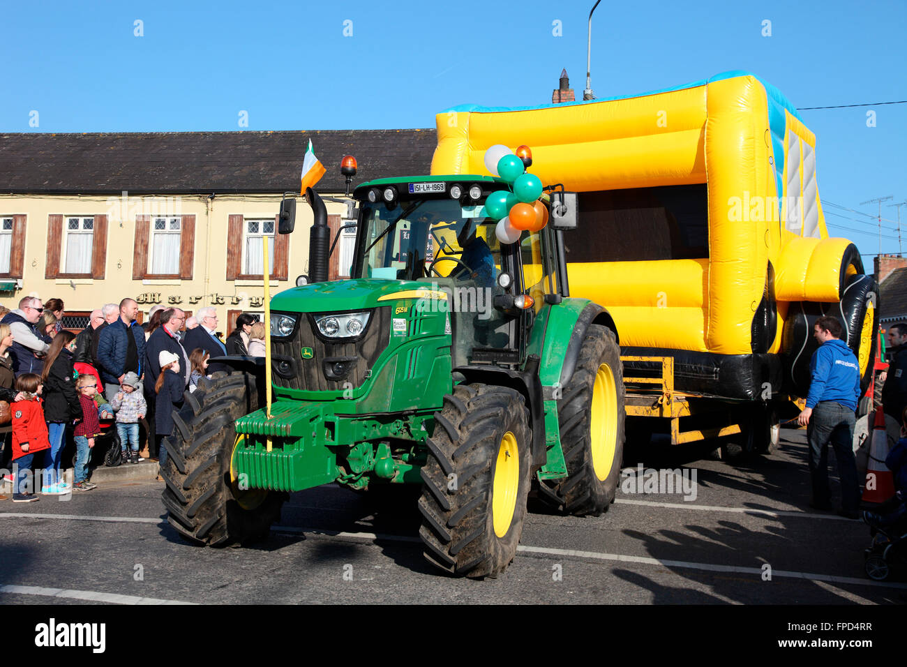 Traktor pulling Hüpfburg in Carrickmacross St. Patricks Day Parade Stockbild
