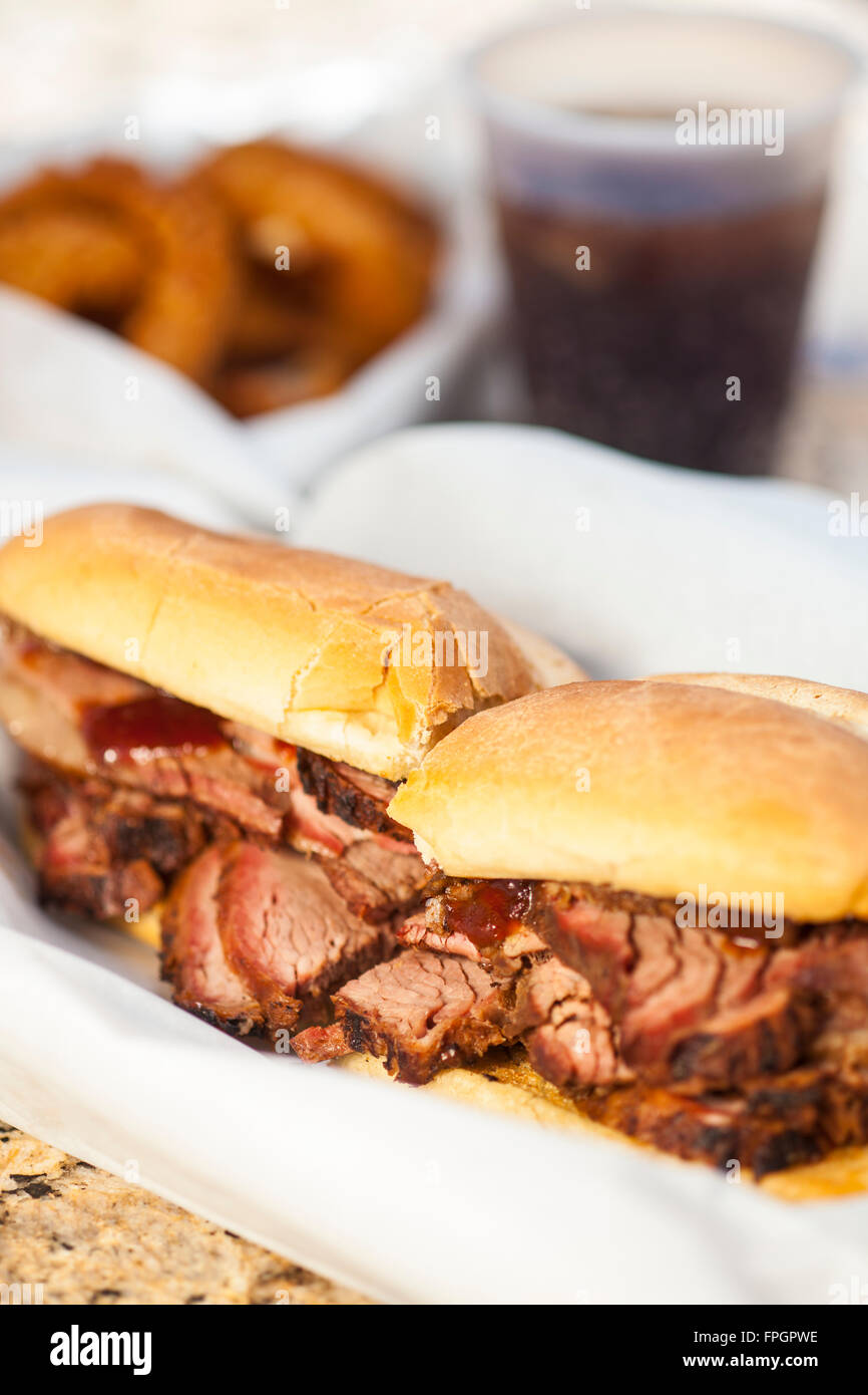 Tri-Tip Sandwich mit Zwiebelringen und ein Soda Firestone Grill, San Luis Obispo, Kalifornien Stockbild