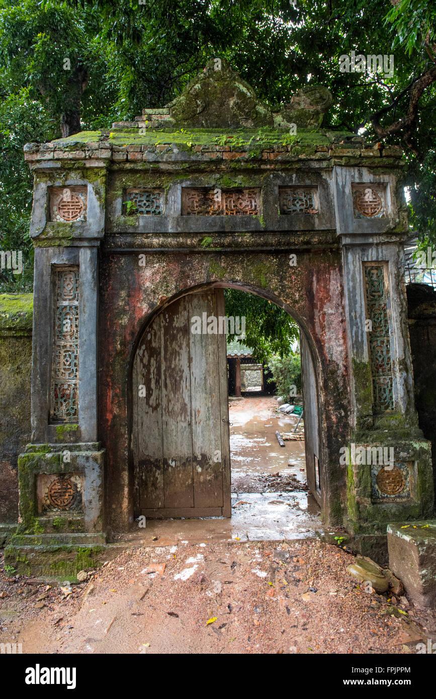 Eingang zum zerstörten Wohnbereich der 104 Frauen und Konkubinen des Kaisers Tu Duc.  Er schaffte es nie weiter Stockbild
