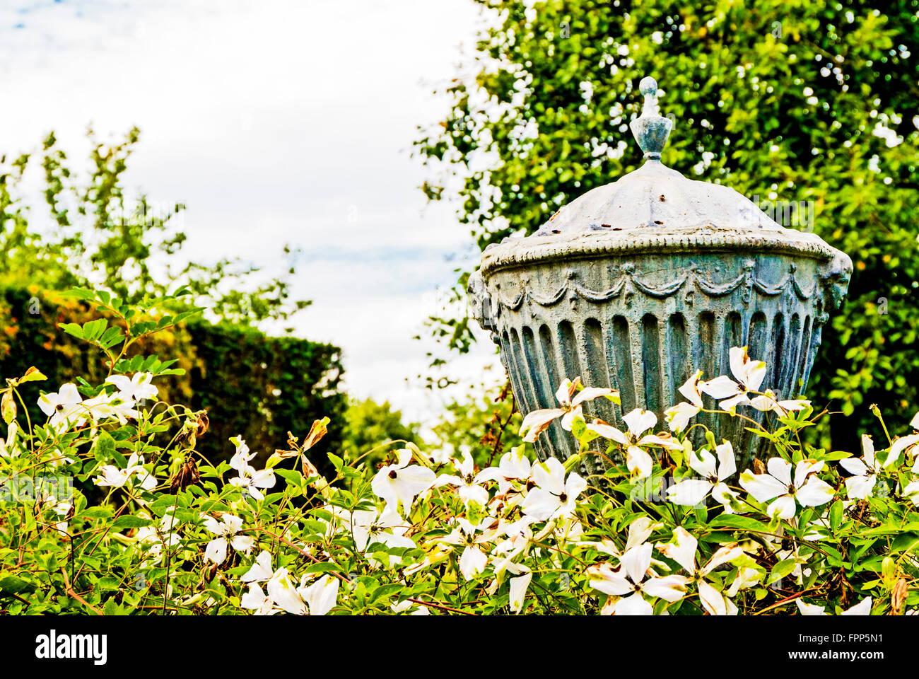 Steinplastik in Einem Berühmten Garten Stockbild