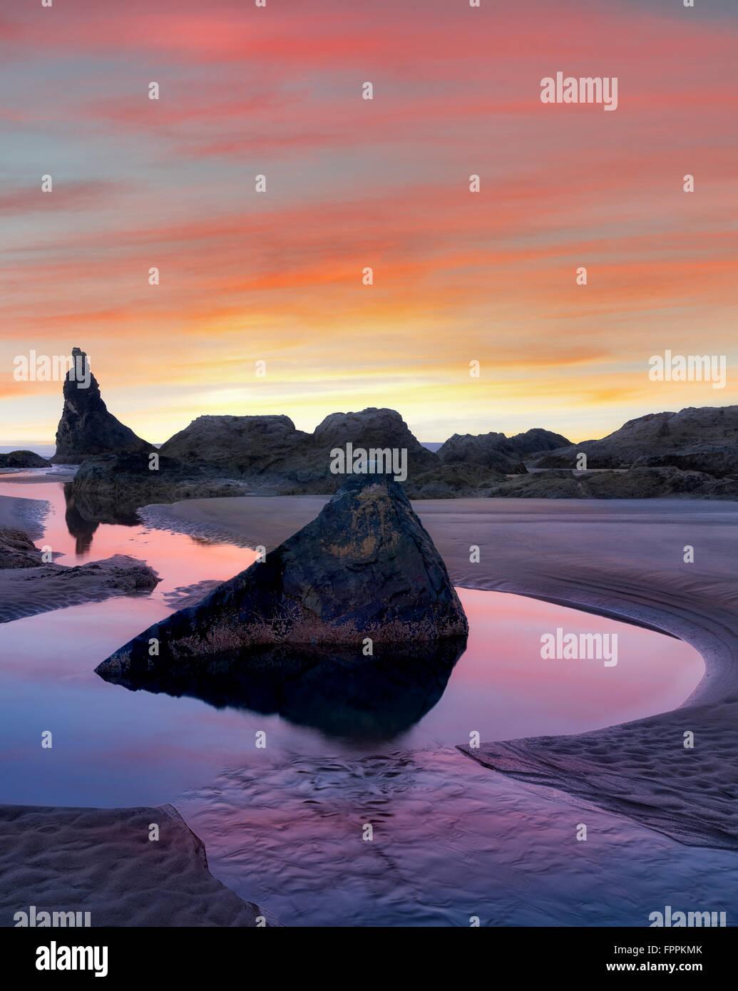 Low Tide Pools und Seastacks Sonnenaufgang widerspiegelt. Bandon Strand. Oregon Stockbild