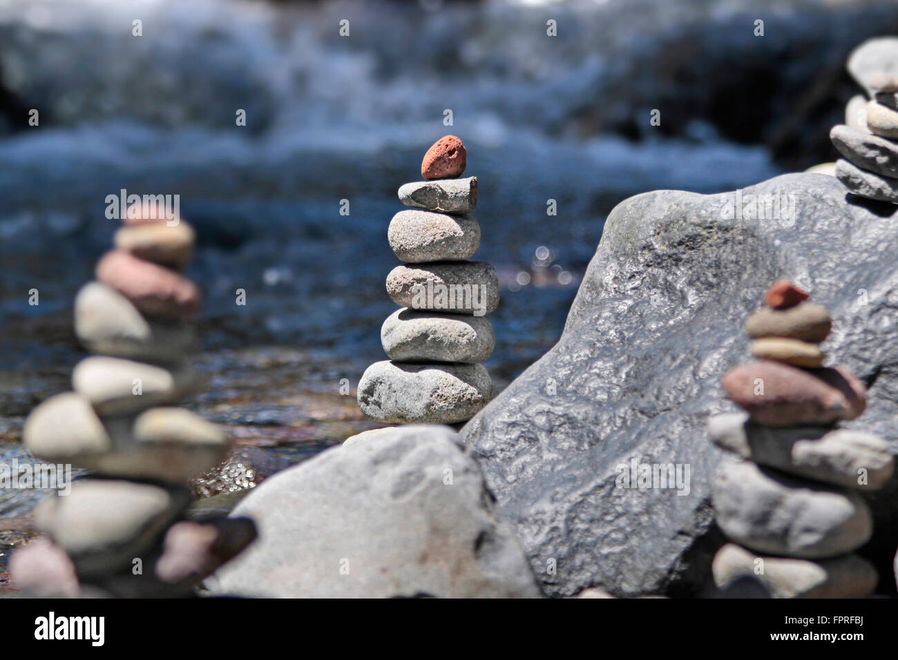 Cairn mit rotem Stein am Bach im Tongariro National Park, Manawatu-Wanganui, Neuseeland Stockfoto