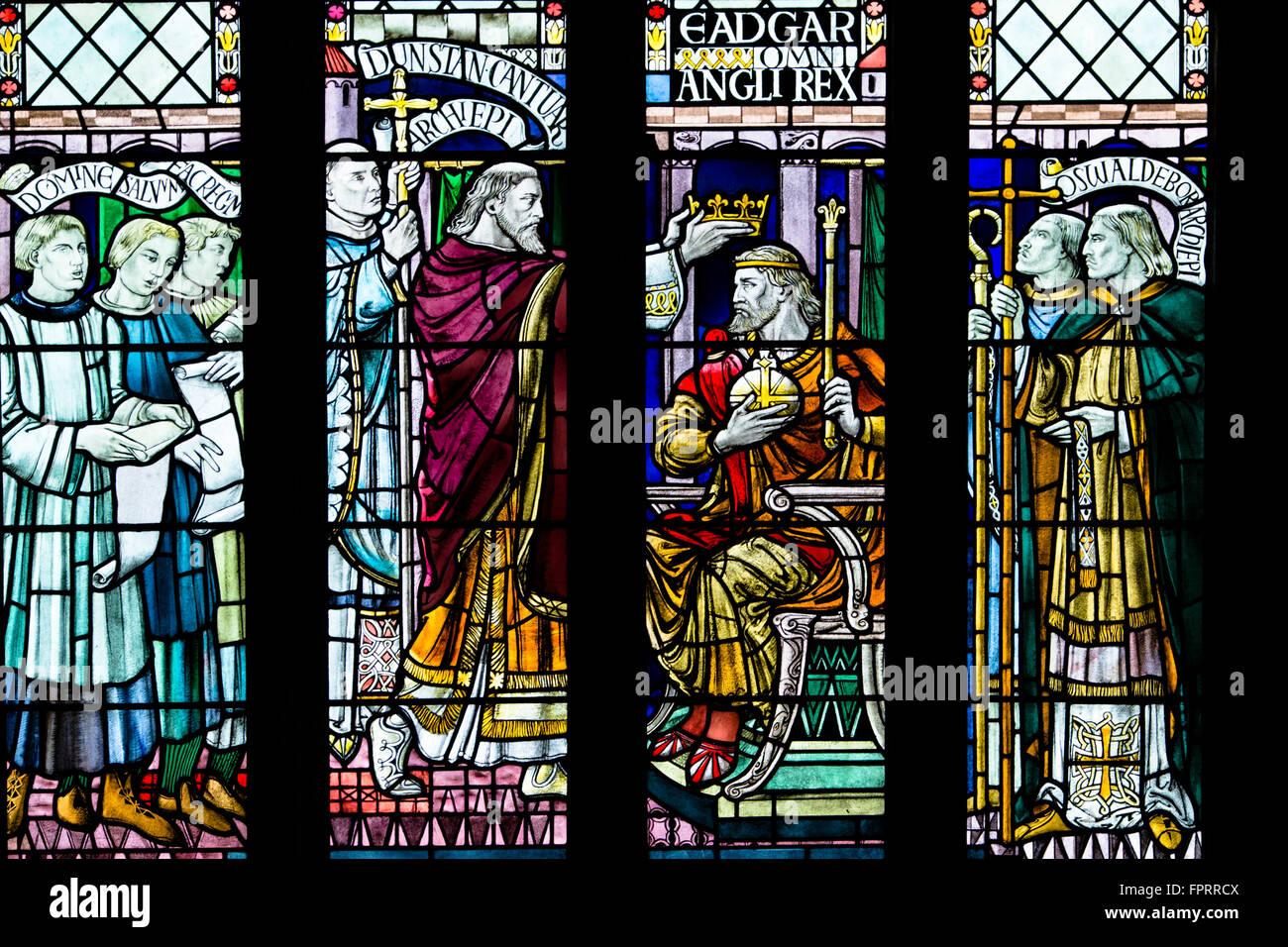 Glasmalereien aus dem 19. Jahrhundert zeigen die Krönung von König Edgar, die Abtei von Bath. Edgar war Stockbild