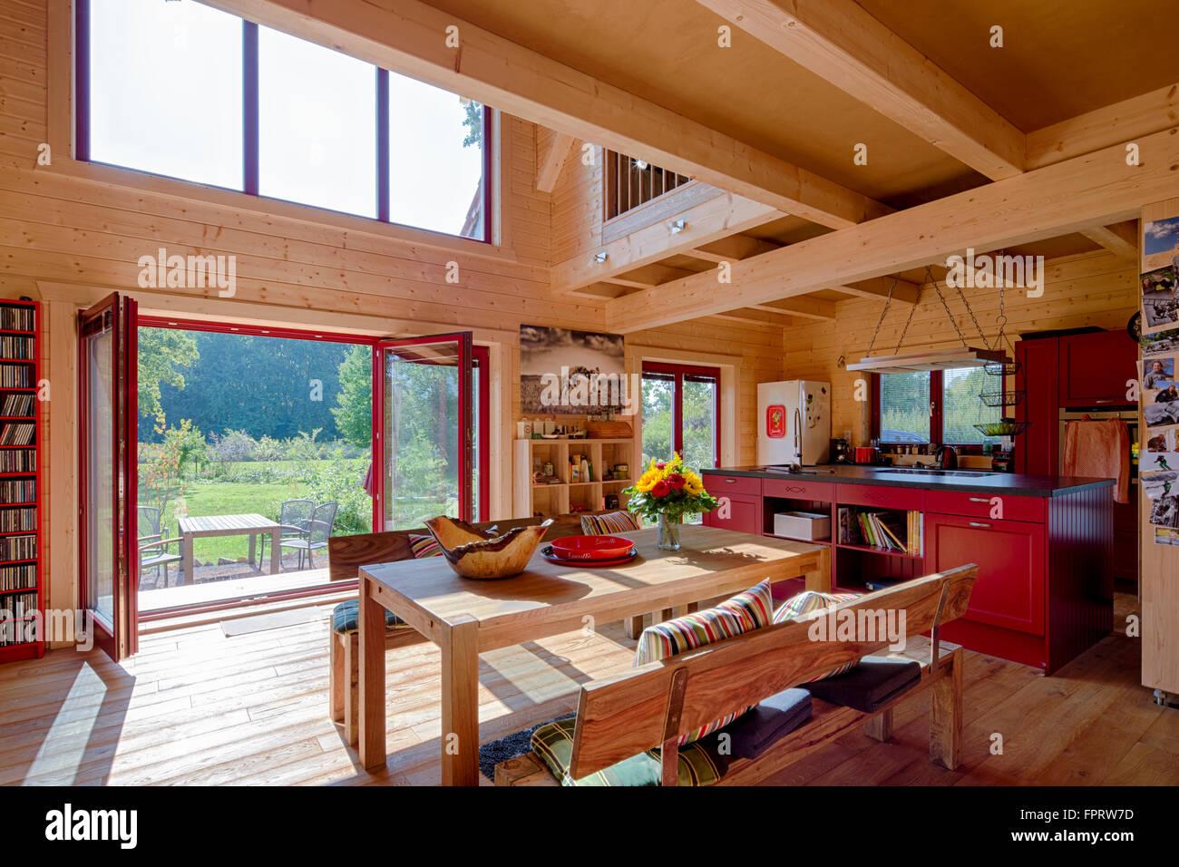 Interieur, Essbereich und Küche mit Blick auf den Garten, moderne ...