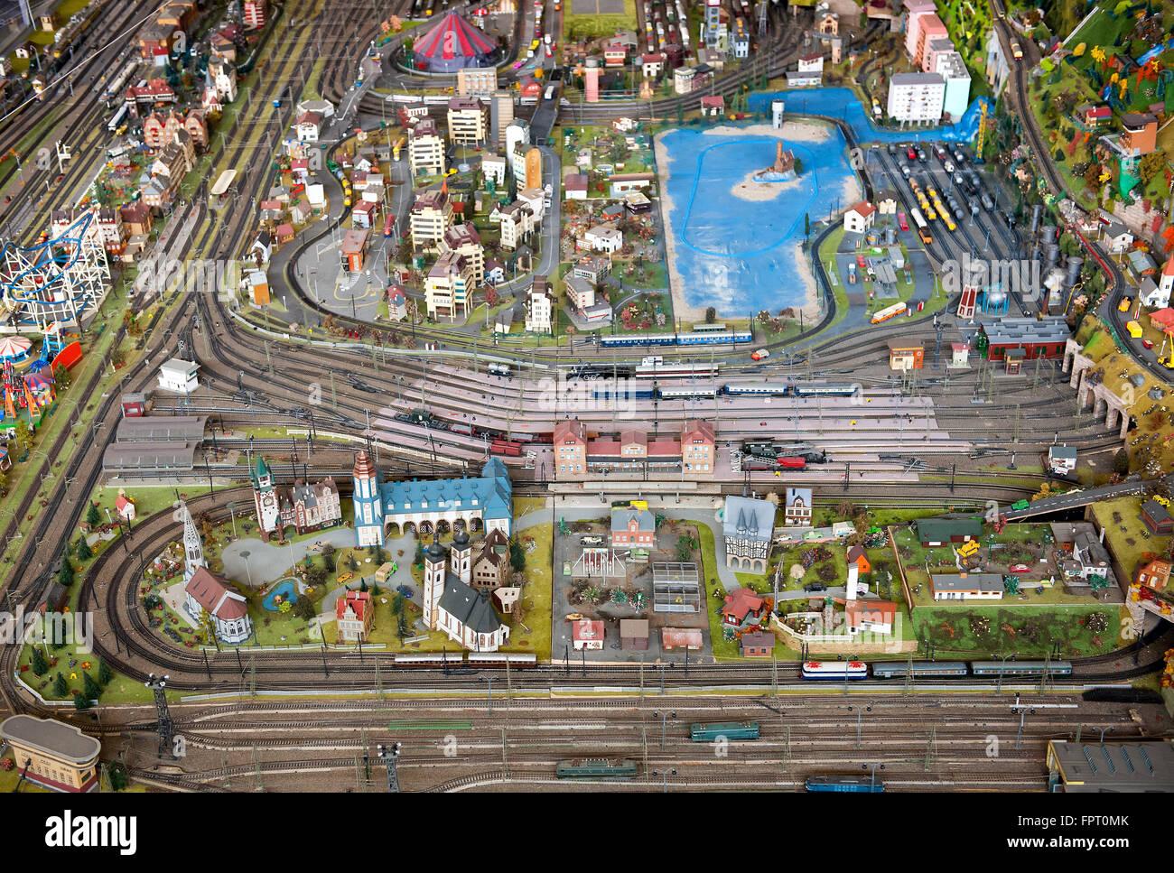 Maßstabsgetreuen Modell einer Stadt oder Stadt und zeigt die Straße und Schiene Infrastruktur und Gebäude Stockbild