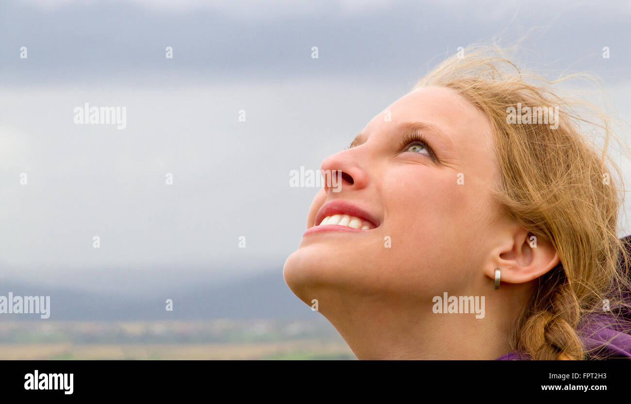 Junge, glückliche Frau Blick den Himmel Stockfoto