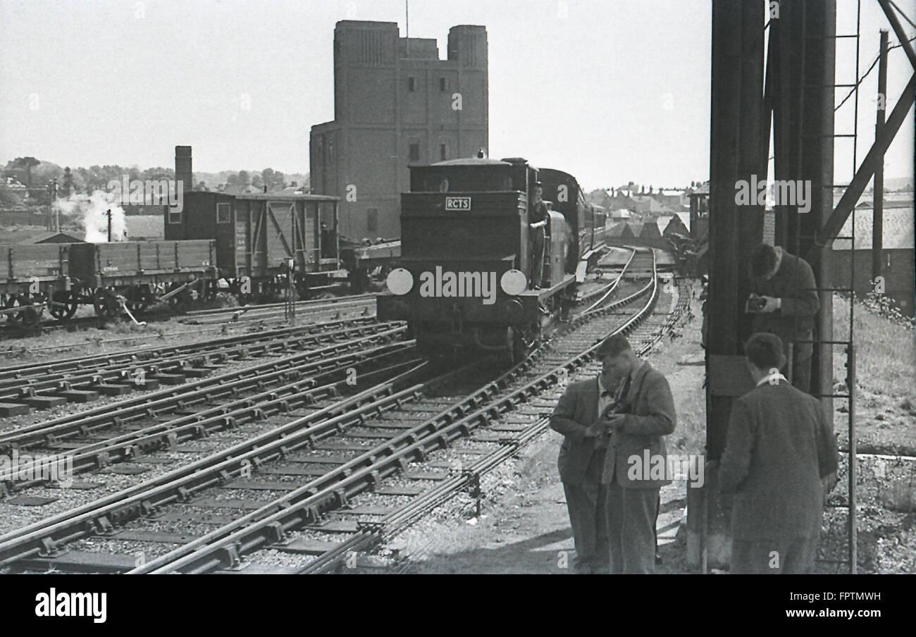 LBSCR A1X Terrier 0-6-0 t Dampflokomotive in Brighton Station mit einem RCTS Ausflug nach Brighton (Kemp Town) am 5. Oktober 1952 Stockfoto