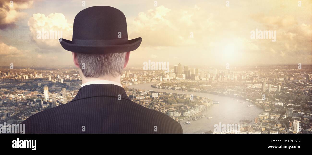 Unternehmer mit Blick auf finanzielle City Skyline-Konzept für Finanzierung, Investition, Karriere und Chancen Stockbild