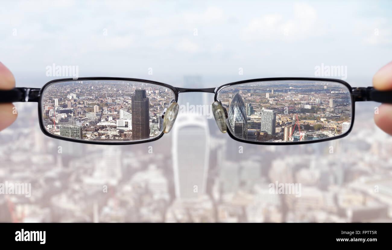 Klare Vision Konzept Geschäftsmann Blick auf das Bankenviertel City of London Stockbild
