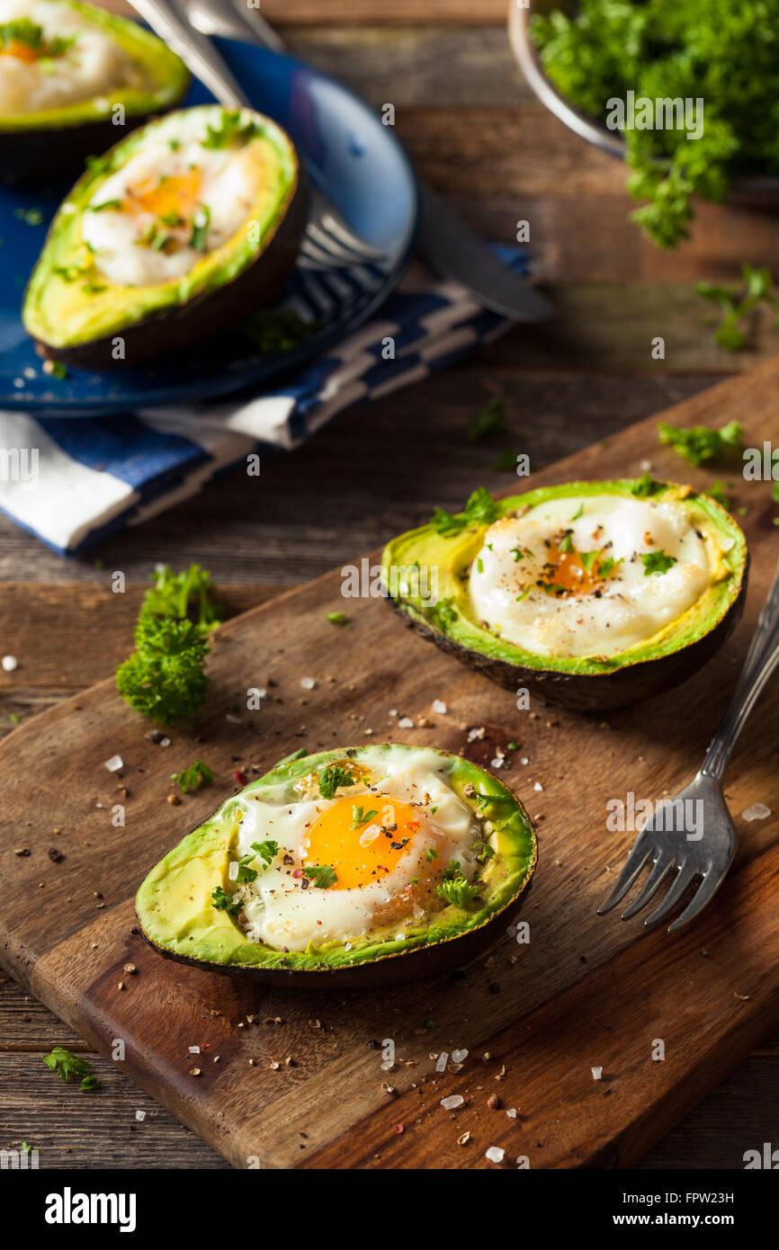Hausgemachte Bio-Ei, gebacken in Avocado mit Salz und Pfeffer Stockbild