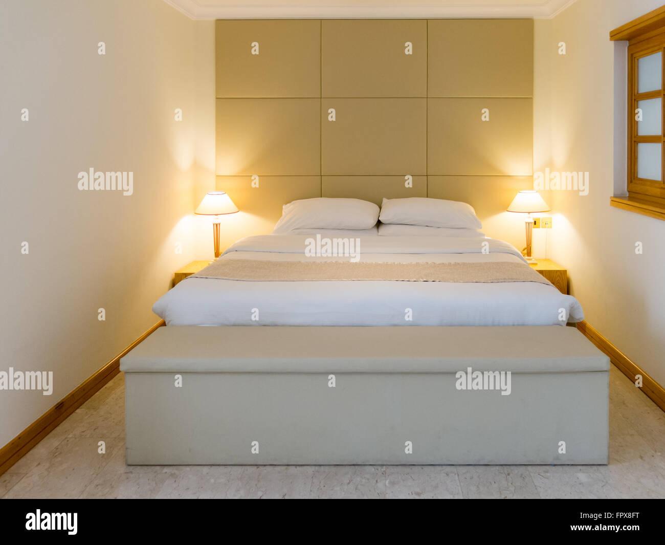 Schlafzimmer mit Doppelbett und Lampen im Hotel in Dubai, Vereinigte ...