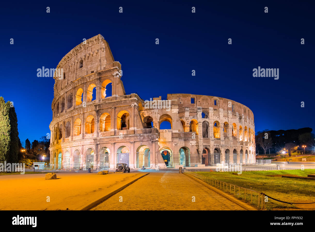 Kolosseum in einer Sommernacht in Rom, Italien. Stockbild