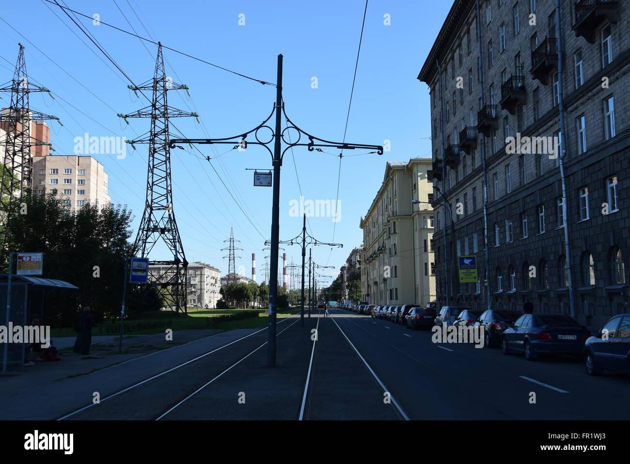 Straßenbahn-Trennung in der Novostroyek Straße in Sankt Petersburg mit historischen Fahrleitung Masten Stockfoto