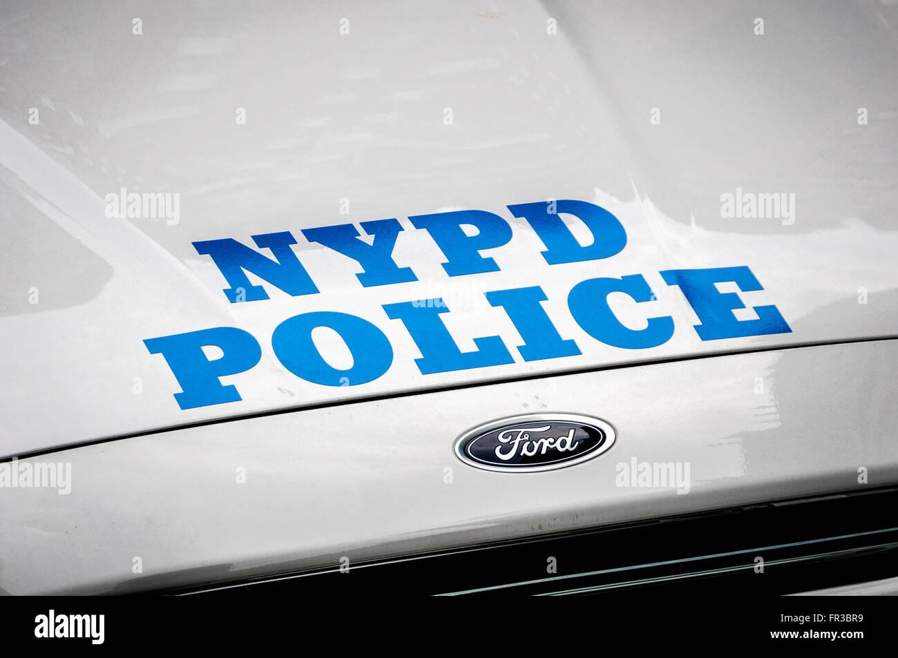 NYPD-Logo-Grafiken auf Streifenwagen, New York City, USA. Stockbild