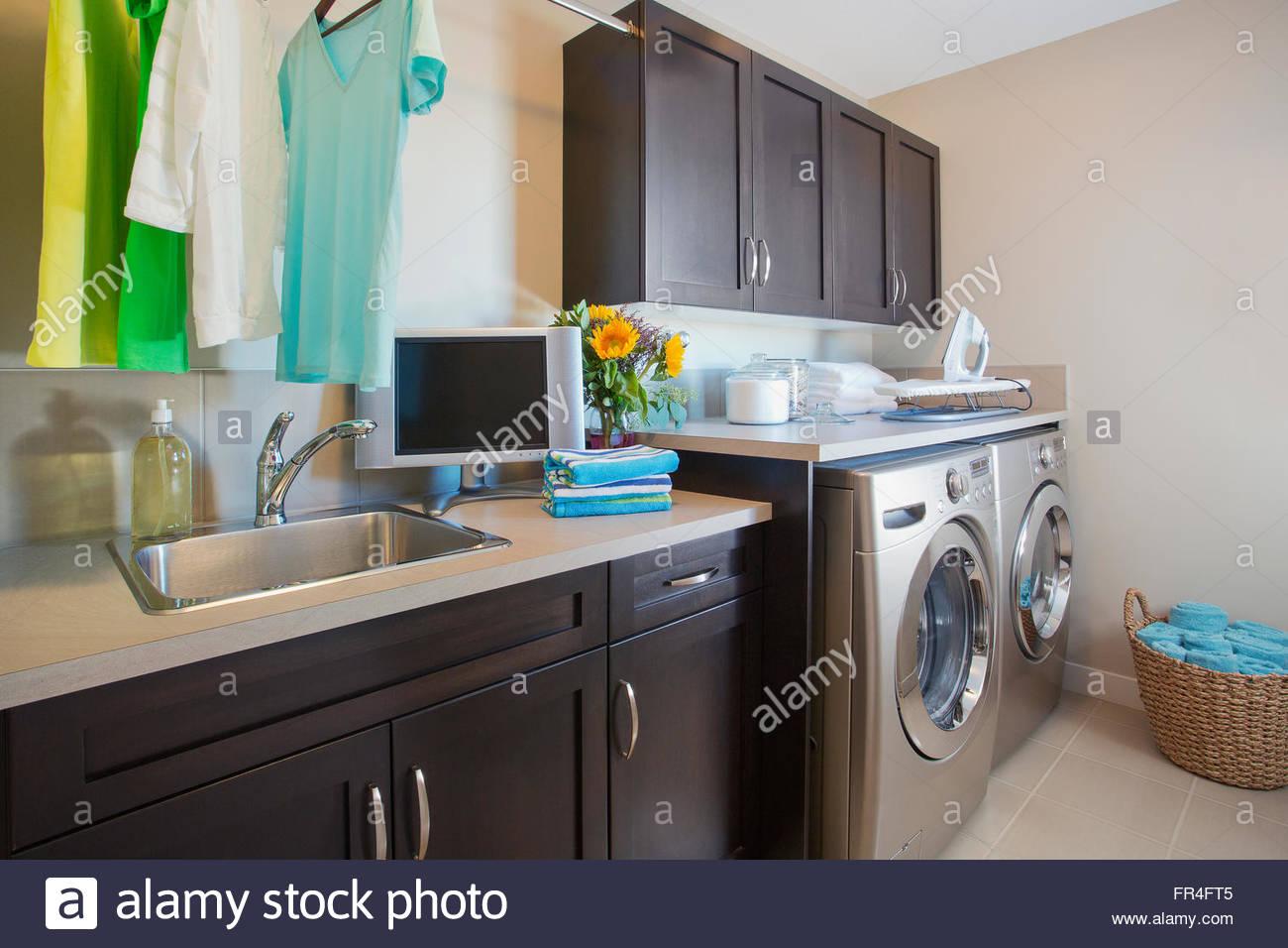 Moderne waschküche mit waschmaschine und trockner stockfoto bild