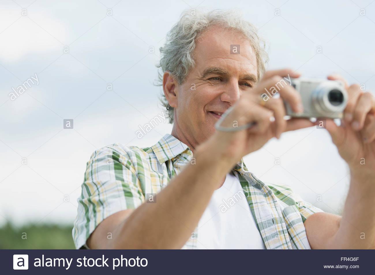 Attraktive senior woman mit Schwerpunkt Kamera im Freien. Stockbild