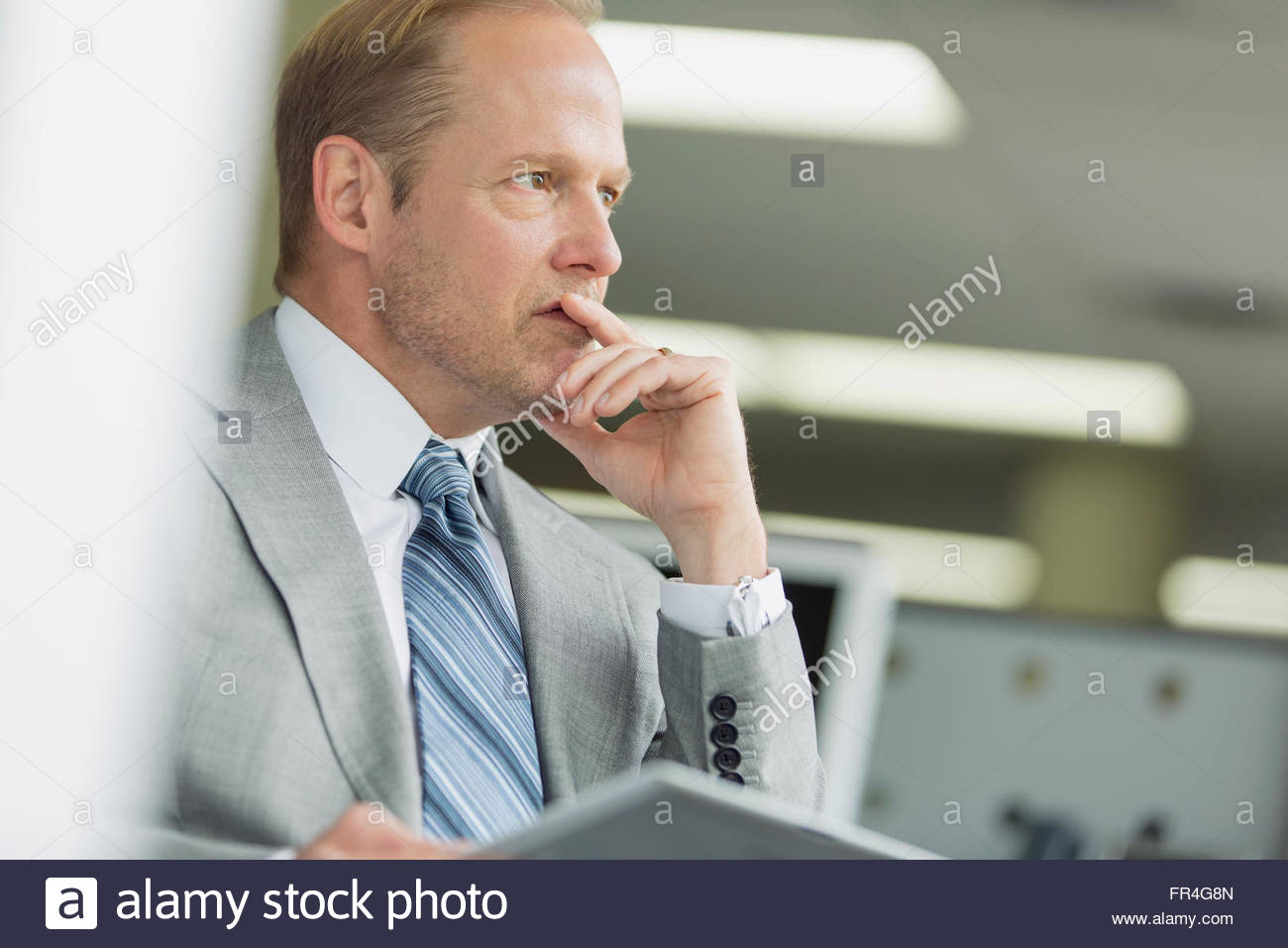 Geschäftsmann, sitzen im Büro mit ernsten Blick. Stockbild