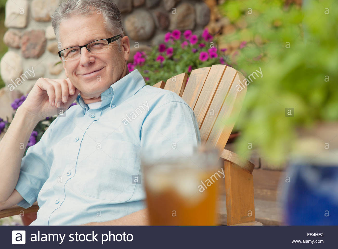Porträt von attraktiven Mann mittleren Alters, entspannen im freien Stockbild