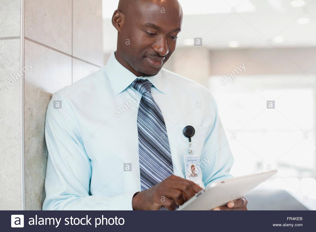 afrikanische amerikanische Arzt mit Tablet pc in medizinischen Einrichtung Stockbild