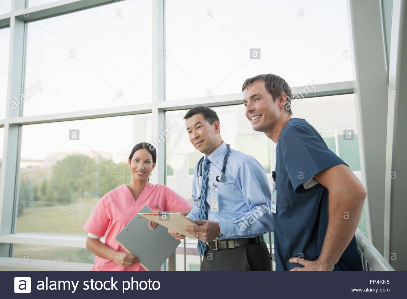 Ärzteteam tatenlos Windows in moderne medizinische Einrichtung Stockbild