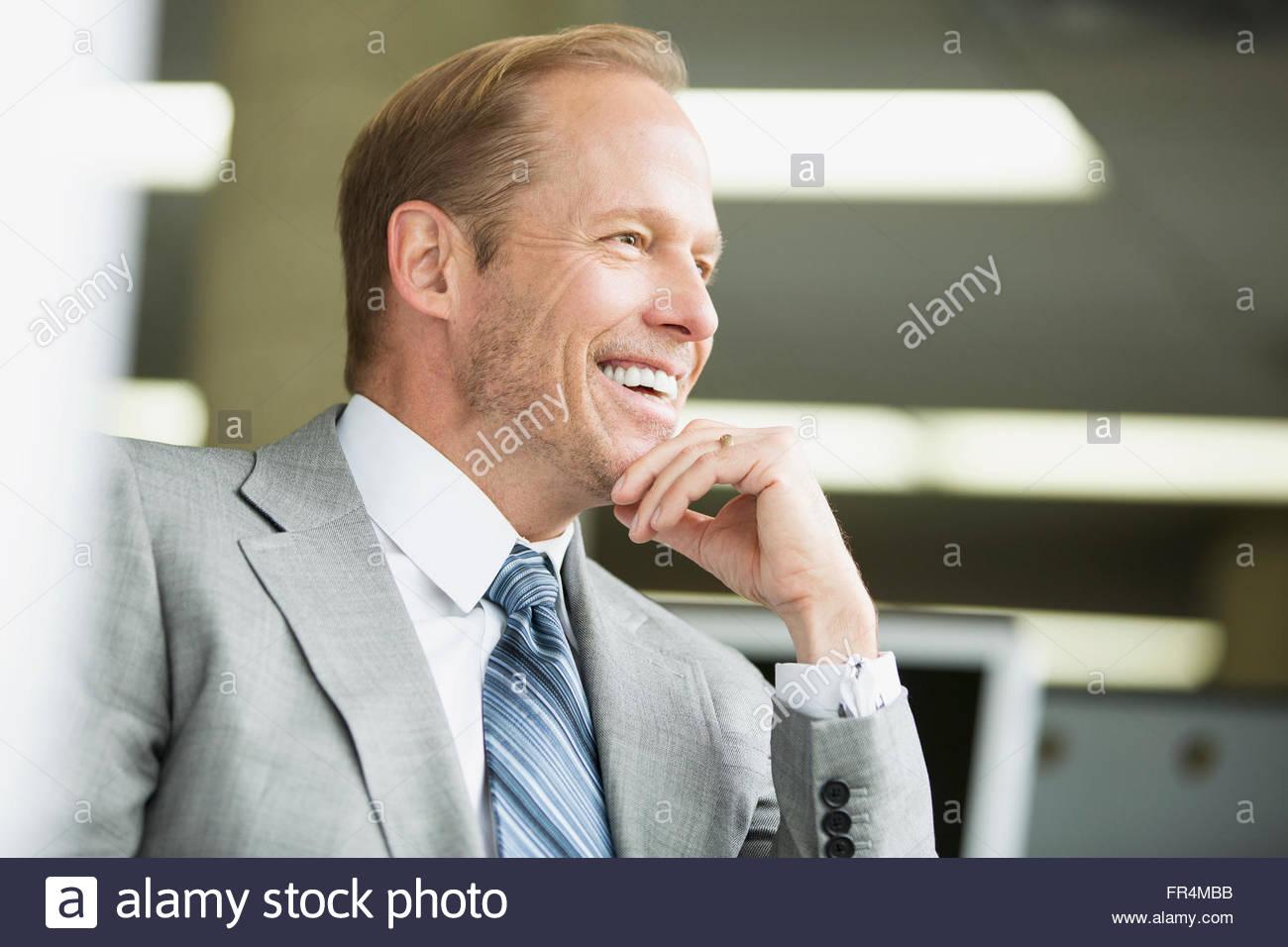 attraktive Geschäftsmann entspannt und lächelnd im Büro Stockbild