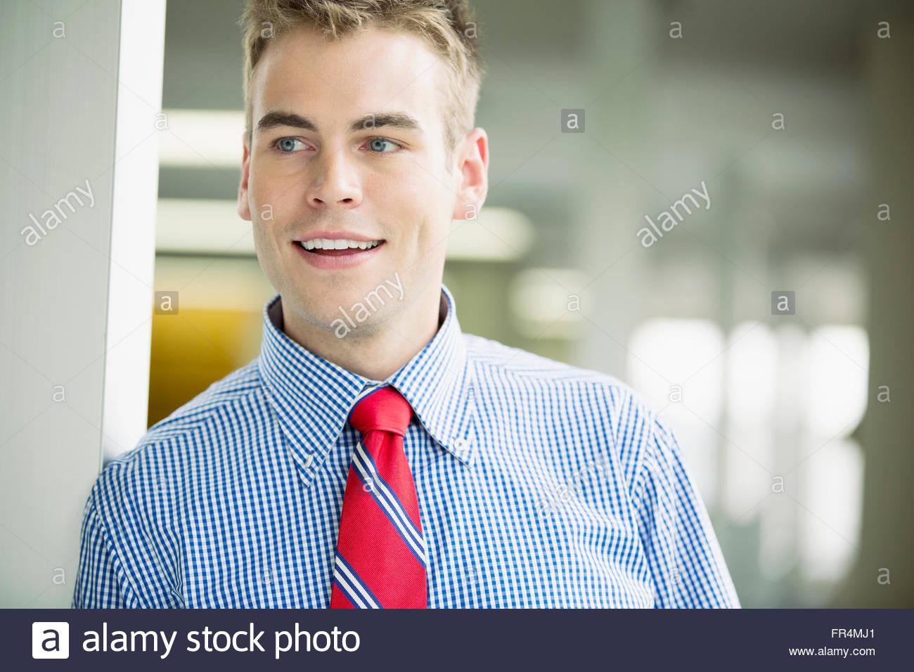 hübscher Junge Erwachsene männliche Büroangestellte Stockbild
