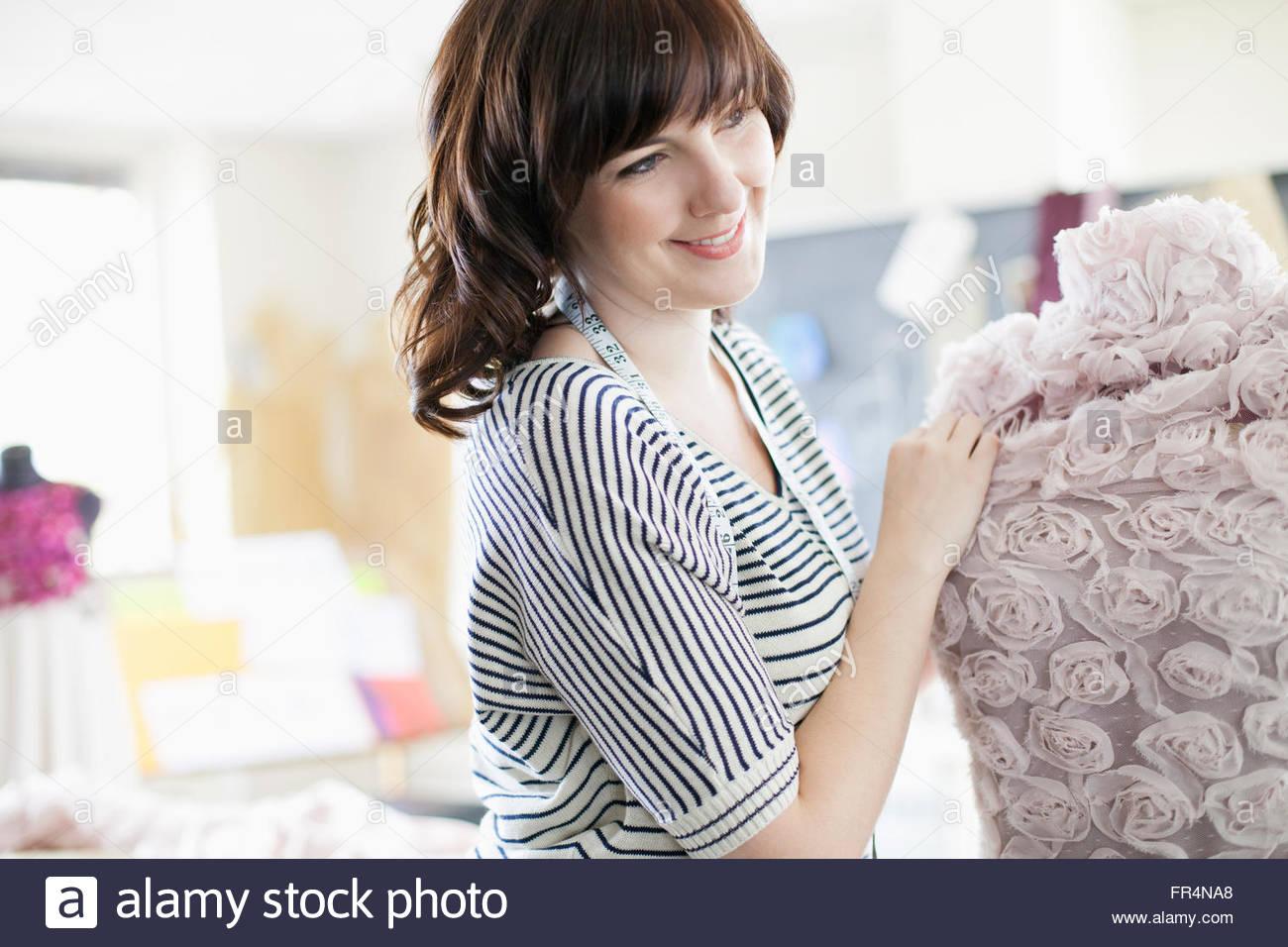 Designer-Kleidung anziehen Schneiderpuppe Stoff Stockbild