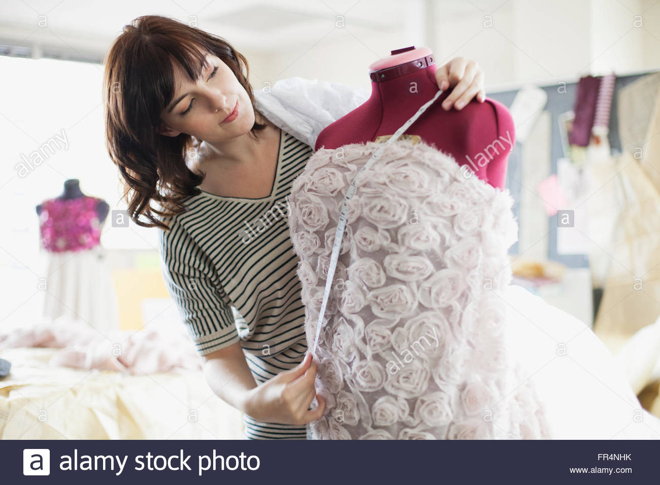 Designer Kleid auf Schneiderpuppe zu messen Stockbild
