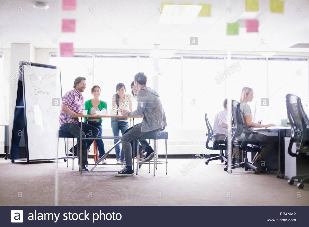 Mitarbeiter arbeiten in trendigen Geschäftsstelle Stockbild