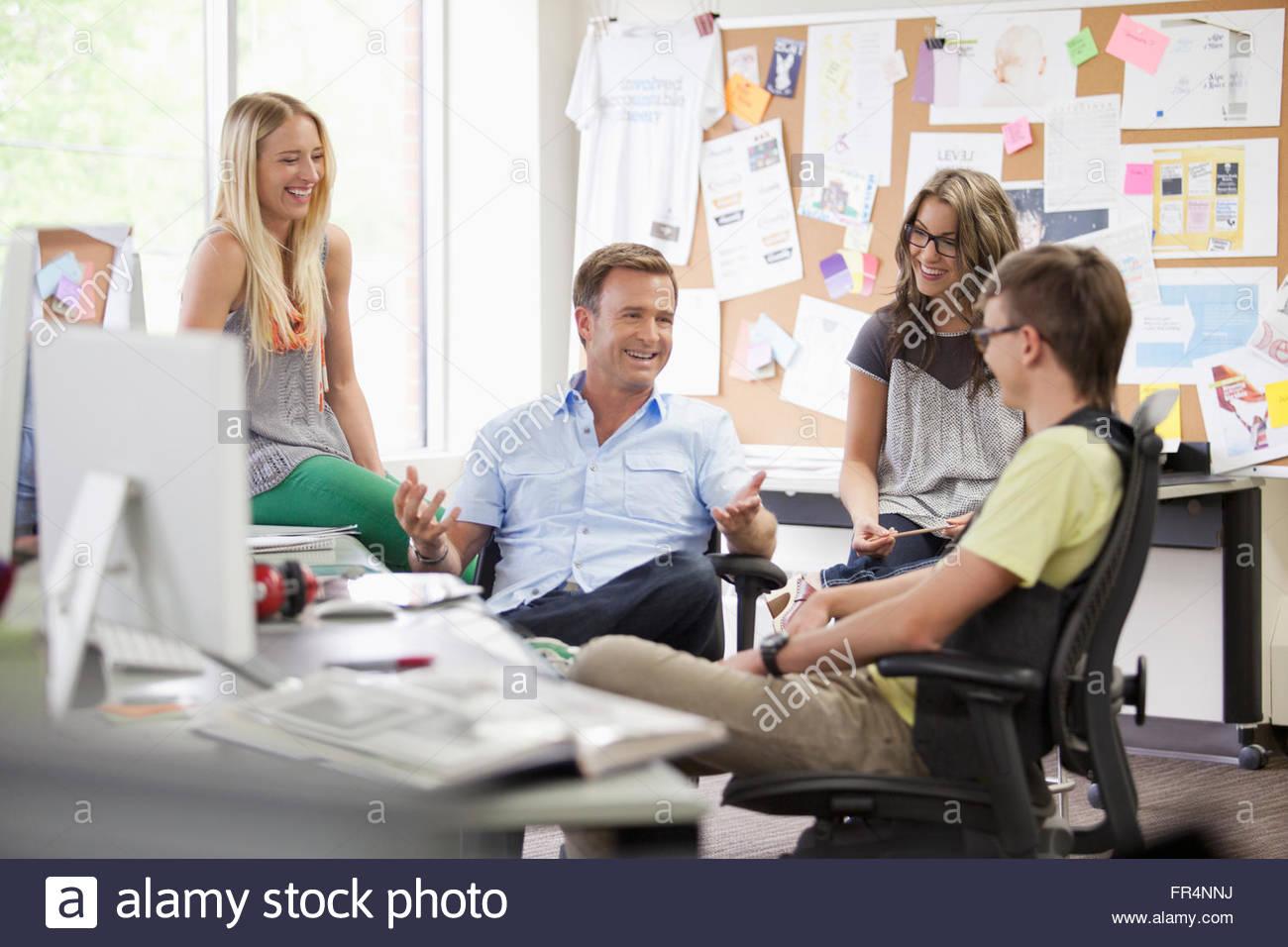 kreatives Team in Diskussion in trendigen Büro Stockbild