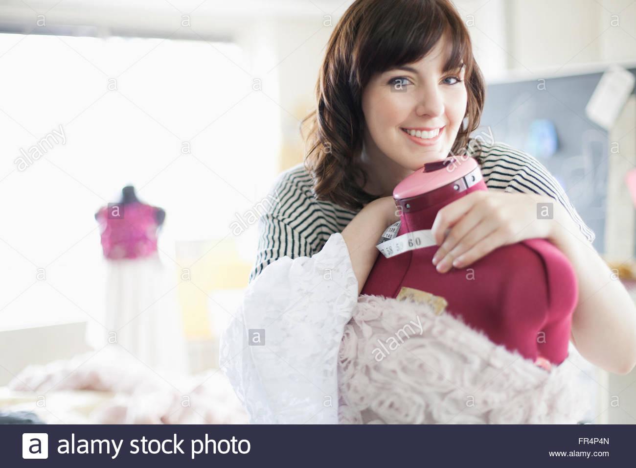 Kleidung Designer Lächeln und Umarmungen Schneiderpuppe Stockbild
