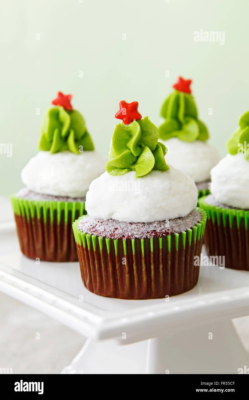 Weihnachten dekoriert red Velvet Cupcakes auf einem cakestand Stockfoto