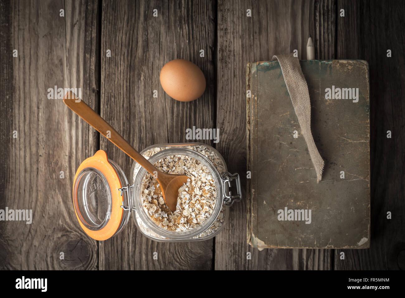 Buch der Rezepte und Zutaten für Cookies auf einem Holztisch horizontale super Stillleben Stockbild