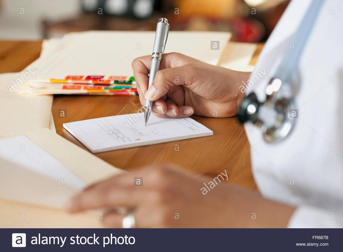 Arzt Rezept schreiben Stockbild